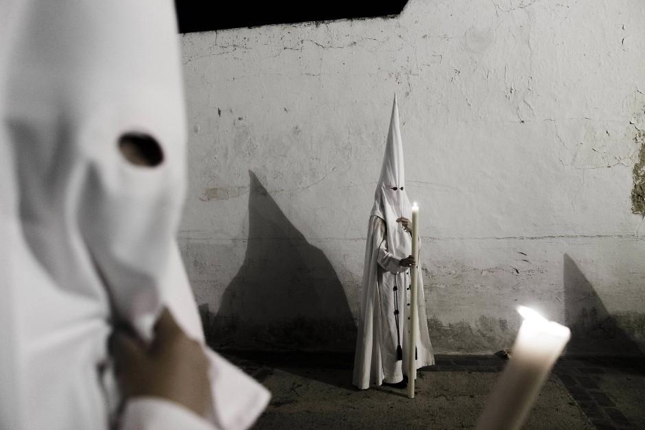 Büßer bei einer Prozession in Spanien: Augen ohne Körper haftet immer etwas Unheimliches an.