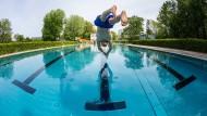 Ein seltenes Bild: Der Schwimmer hat das Becken für sich alleine. Im Sommer sollte man im Freibad alle Ansprüche auf Intimsphäre besser fahrenlassen.