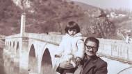 Fundgrube der Erinnerung: Saša Stanišić als Kind mit seinem Großvater an der Drinabrücke in Višegrad.