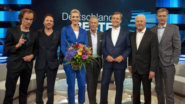 Ina Müller vor Angela Merkel