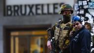 Ein Belgischer Soldat und ein Polizist stehen vor dem Brüsseler Hauptbahnhof Wache.