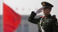 Polizist vor der Großen Halle des Volkes in Peking zu Beginn des Nationalen Volkskongresses Anfang März
