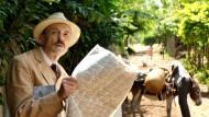 """Wenn er die Meldungen aus Europa liest, fröstelt's ihn unter der Sonne Brasiliens: Josef Hader als Stefan Zweig in Maria Schraders Film """"Vor der Morgenröte""""."""