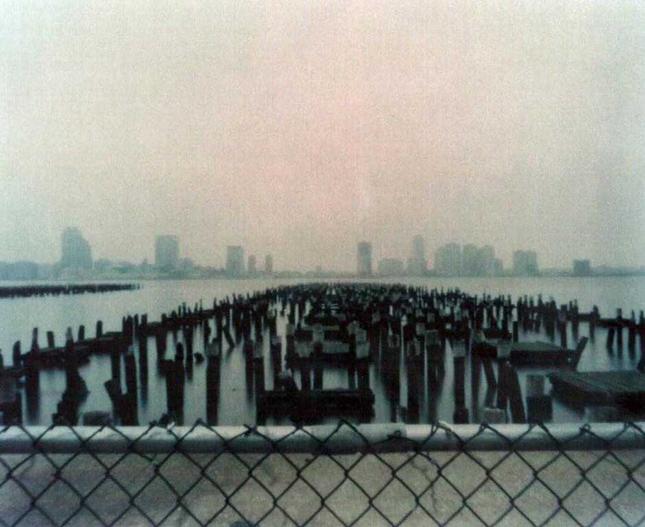 """Reisefotografien mit einer Lochkamera: Hanns Zischlers Blick auf New York im Jahr 2003. """"Neu York"""" an der Schwelle zum 20. Jahrhundert ist einer der Schauplätze seines Romans."""