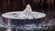 Die Finesse ihrer Stimme trotzt der Vulgarität der Inszenierung: Elsa Dreisig als Manon in Hamburg.