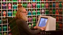 Digitaler Ureinwohner: Vor einer Wand aus Avataren wird die Geschichte der DS erzählt.