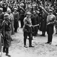 """2. März 1933: Reichspräsident von Hindenburg schreitet am """"Tag von Potsdam"""" eine Front von Reichswehr- und SA-Einheiten ab."""