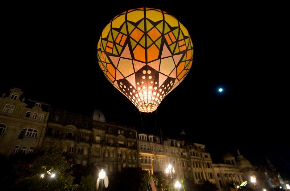 Fest des Lichts: Die Portuenser lieben ihr Johanissfeuer unter chinesischen Lampions