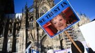 """Glaubensbekenntnis zu Mutter Beimer: Demonstration gegen die Absetzung der ARD-Fernsehserie """"Lindenstraße"""" in Köln"""