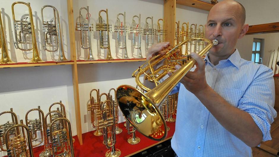 So groß muss der Abstand gar nicht sein: Instrumentenbaumeister Alexander Weimann mit selbstgebauter Trompete in seiner Werkstatt in Kapellendorf bei Weimar,