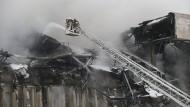 Erst nach 25 Stunden Dauereinsatz der Feuerwehr war der Brand unter Kontrolle.