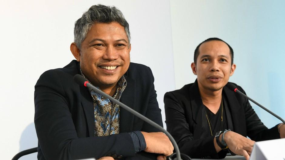 Zwei von mehr als zehn: Ade Darmawan (l.) und Farid Rakun vom Künstlerkollektiv Ruangrupa bei ihrer Vorstellung als künstlerische Leiter der documenta 15 an diesem Freitag in Kassel