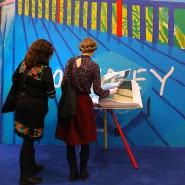 """Die Verkunstung der Welt mit den Mitteln David Hockneys: Besucherinnen blättern in """"SUMO – A Bigger Book""""."""