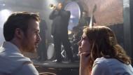 """Bei einem Schauspieler wäre es Ausdrucksschwäche, bei einem Star heißt das Präsenz: Ryan Gosling mit Emma Stone im venezianischen Eröffnungsfilm """"la La Land""""."""