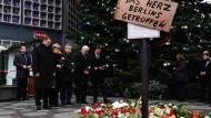 """""""Es sind Merkels Tote"""": Berliner Bürgermeister Michael Müller, Angela Merkel, Innenminister Thomas de Maiziere und Außenminister Frank-Walter Steinmeier gedenken der Opfer."""