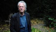 Peter Handke im Garten seines Hauses in der Nähe von Paris
