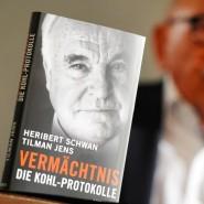"""Buchvorstellung: Heribert Schwan mit seinem Buch """"Vermächtnis. Die Kohl-Protokolle"""" im Oktober 2014 in Berlin"""