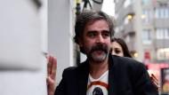 Wieder frei: Deniz Yücel am Freitag vor seiner Wohnung in Istanbul