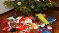 Viel vom Fest ist für die Tonne: Unter diesem Baum liegen nur noch die Geschenkpapiere.