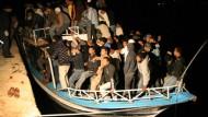 Auf dem Sprung nach Europa: nordafrikanische Immigranten erreichen die italienische Insel Lampedusa