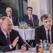 Wladimir Putin und Wladislaw Surkow beim Ukraine-Gipfel im Bundeskanzleramt, 2016.