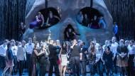 """Hoch hinaus klettert das Gretchen-Double in der Walpurgisnacht: Szene mit Chor aus """"Mefistofele"""" in Baden-Baden."""