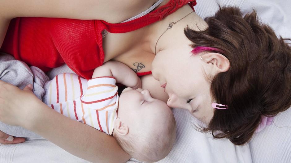 Und das ist erst der Anfang: Mutter mit schlafendem Baby.