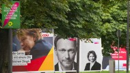 Wahlplakate der Parteien Die Grünen, CDU, FDP und SPD, aufgereiht in der Theodor-Heuss-Allee in Frankfurt