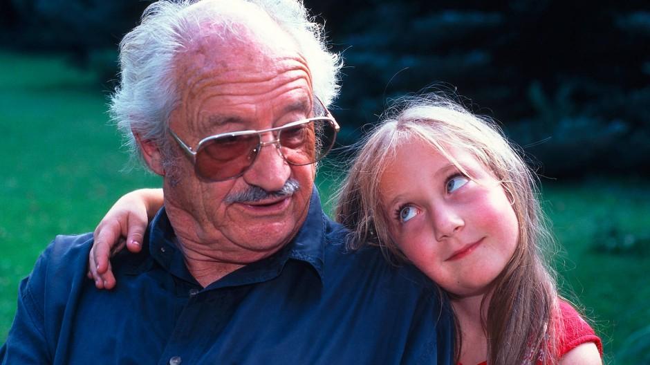 Gerade wäre Abstand ein Liebesbeweis: Mädchen an Großvaters Schulter