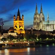 Die Kölner Kirchenhäuser wappnen sich: Die Kirche Groß St. Martin (Mitte) umgibt während des Karnevals ein zwei Meter zwanzig hoher Bauzaun.