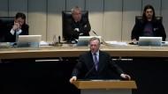 Innensenator, Frank Henkel (CDU), erklärt im Abgeordnetenhaus die Funkzellenabfragen der Berliner Polizei, Simon Kowalewski (r.) von der Piratenpartei hört zu
