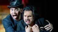 """Adam Palka (l.) als Mephistoteles und Attala Ayan als Faust in der Stuttgarter """"Faust""""-Inszenierung"""