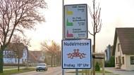 """Der profitorientierte Nudelhersteller ist hier Fehl am Platz: Hinweisschild der """"Kirche des Fliegenden Spaghettimonsters"""" mit den Zeiten der sogenannten Nudelmesse in Templin (Brandenburg)."""