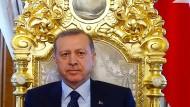 Es gibt keine Krise, es gibt nur Manipulation: Recep Tayyip Erdogan im Mabeyn-Palast in Istanbul (Aufnahme vom April 2016)