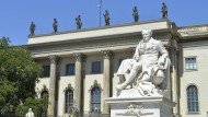 Denkmal Alexander von Humboldts vor dem Hauptgebäude der Universität