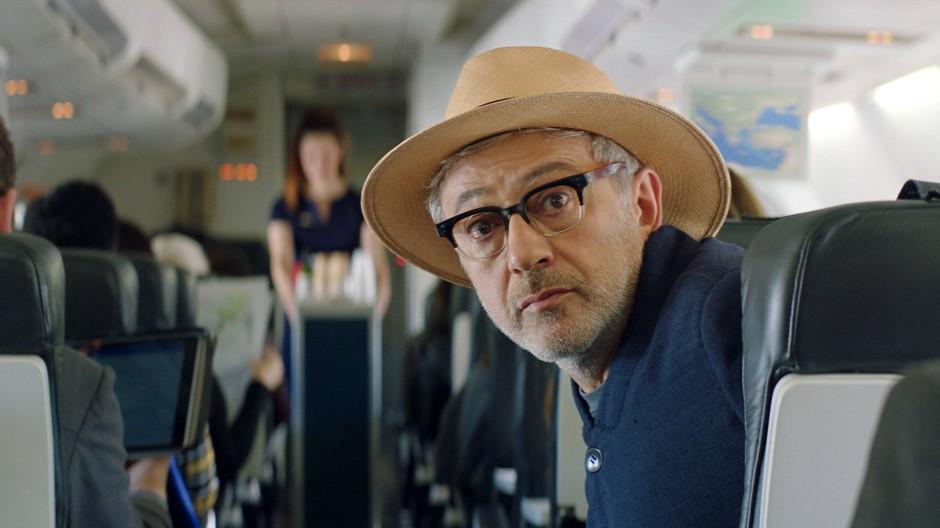 Elia Suleiman in einer Szene seines Films Vom Gießen des Zitronenbaums