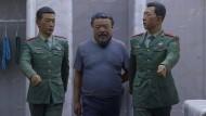 Via dolorosa in China, zu sehen in Cuenca: Ai Weiwei bildet seine eigene Festnahme in diesem Kunstwerk lebensgroß nach.