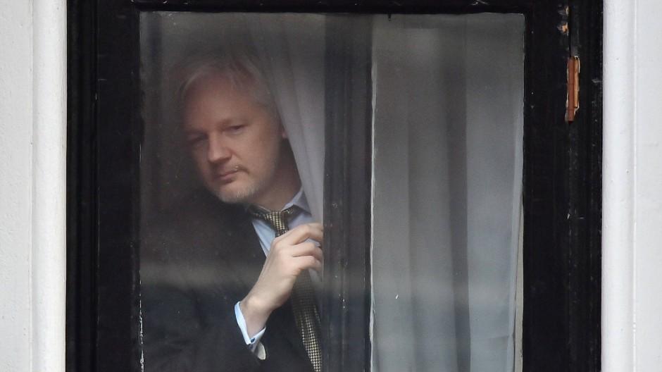 Wikileaks-Gründer Julian Assange an einem Fenster der ecuadorianischen Botschaft