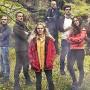 """Der Schottische Hochnebel schlägt aufs Gemüt. Die Teilnehmer der Serie """"Eden"""" im Wald posierend."""
