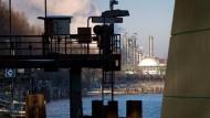 Wer den Anblick der Anlagen majestätisch findet, kommt nicht von hier: der Industriepark Hoechst, vom Main bei Sindlingen aus gesehen.