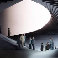"""Christof Fischesser (Mitte rechts) als Rocco und Gabor Bretz (Mitte links) als Don Pizarro in Christoph Waltz' """"Fidelio""""-Inszenierung im Theater an der Wien"""