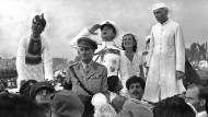 Wie viel Schuld trifft ihn? Lord Mountbatten, letzter englischer Vizekönig in Indien, salutiert im August 1947 der Flagge des neuen unabhängigen indischen Staates.