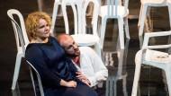 """Brigitte Christensen als Königin Alceste und Thomas Walker als König Admeto am 9. August bei Probeln zu Glucks """"Alceste"""" in der Bochumer Jahrhunderthalle"""