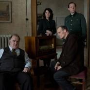 """Sie erstarren in ihren Rollen: Udo Samel, Iris Berben, Edgar Selge, Matthias Brandt und Gisela Schneeberger (von links) posieren im """"Zeugenhaus""""."""