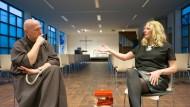 Beten für Flüchtlinge – und Menschen, die sich schwertun, auf fremde Menschen zuzugehen: Pfarrerin Angela Rinn und Kapuzinerbruder Christophorus Goedereis beim Gespräch in Mainz.