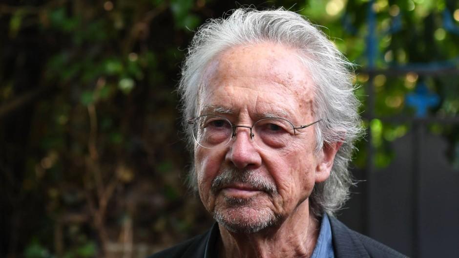 Peter Handke in Chaville bei Paris nach der Bekanntgabe der Nobelpreisträger