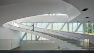 Blick in den Anbau des Musée national des beaux-arts du Québece: Ein lichter Raum für den Kanon globalisierter Kunstgeschichte wie für Kunst der Region.