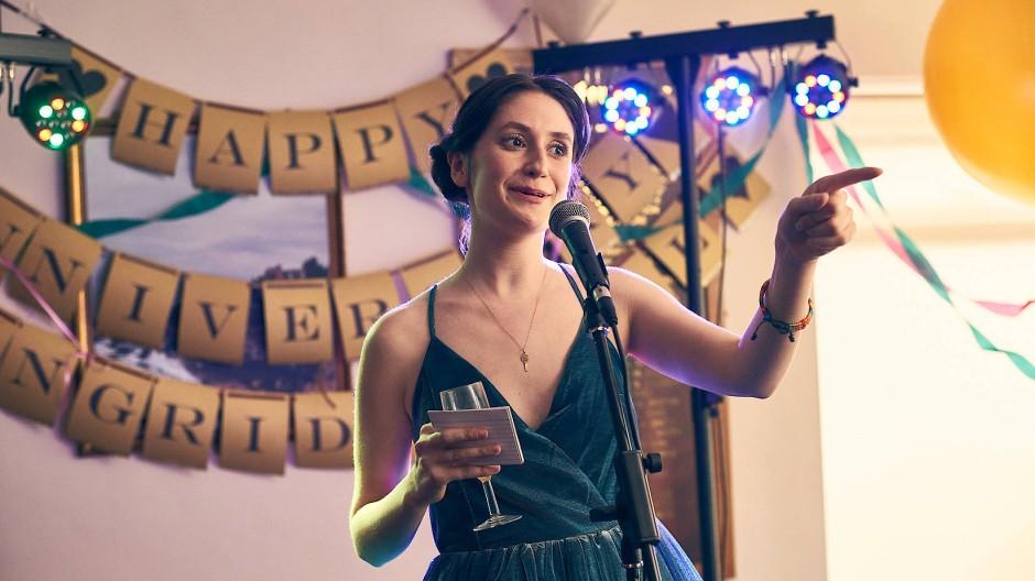Sieht mehr als ihr lieb ist und hat einiges zu erzählen: Marnie (Charly Clive) hält während des 25. Hochzeitstags ihrer Eltern eine Rede.