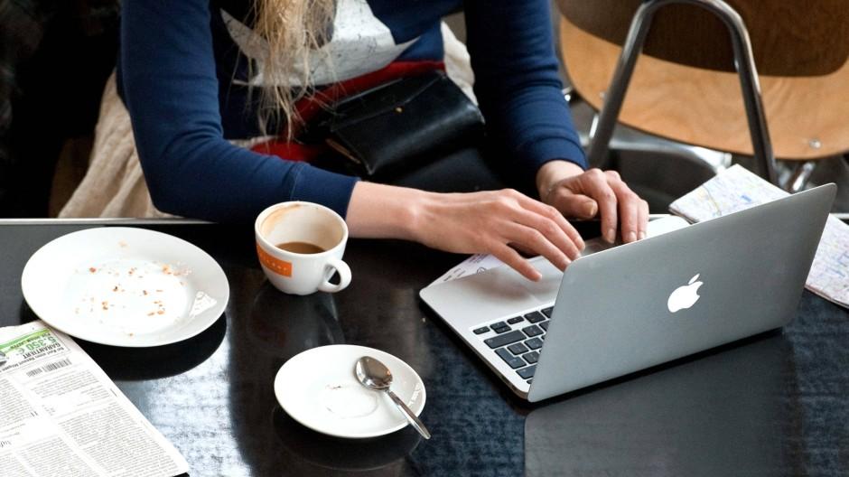 Surfen im Internet - ein öffentliches W-LAN-Netz anzubieten, kann sehr kostspielig werden.