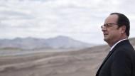 Er hinterlässt eine große Brache: Der amtierende Präsident François Hollande schaut während eines Staatsbesuchs dieser Tage in die Ferne der chilenischen Atacama-Wüste.